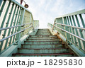 歩道橋の階段 18295830