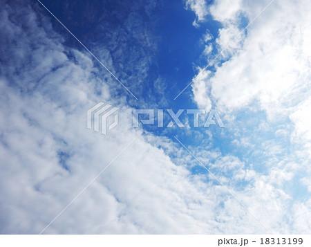 空と雲 間の青空 18313199