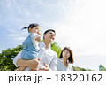 公園で遊ぶ3人家族 18320162