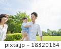 公園で遊ぶ3人家族 18320164