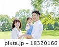 公園で遊ぶ3人家族 18320166