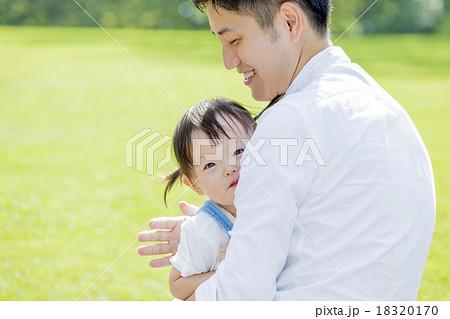 公園で父親に抱かれる娘 18320170