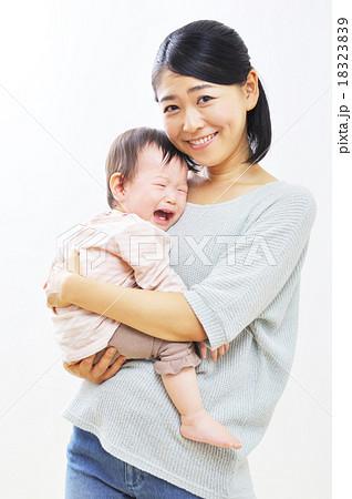 泣く赤ちゃんをあやすお母さんの写真素材 [18323839] - PIXTA