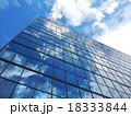 オフィスビル 空と雲の反射 18333844