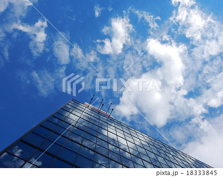オフィスビル 空と雲の反射 18333845