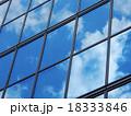 オフィスビル 空と雲の反射 18333846