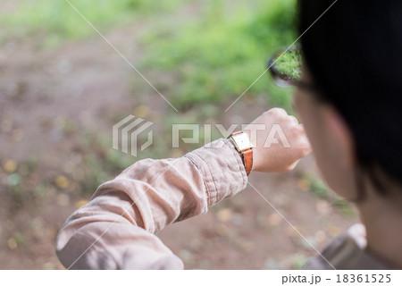 腕時計を眺める女性 18361525