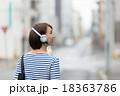 女性 音楽 聞くの写真 18363786