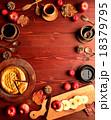 アップルパイとコーヒーカップとまな板 18379795