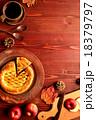 アップルパイとコーヒーカップとまな板 18379797