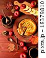 アップルパイとコーヒーカップとまな板 18379810