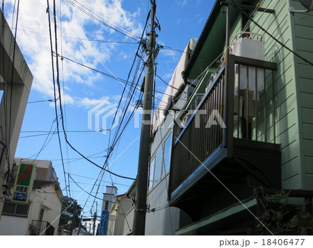 日本の裏路地 電柱と洗濯物 18406477