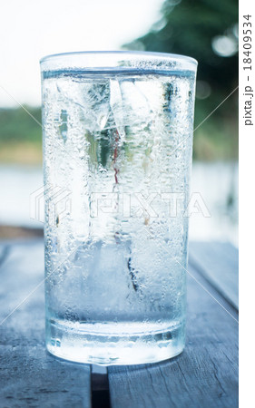 Glass of very cold waterの写真素材 [18409534] - PIXTA
