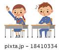 授業中、手を上げて質問する女子中学生(高校生)と、それに驚く男子中学生(高校生) 18410334