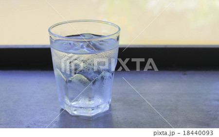 Cold water in glass on the wood tableの写真素材 [18440093] - PIXTA