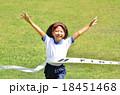 走る女の子(体操服、ゴールテープ、芝生) 18451468
