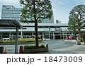 東京の駅・JR吉祥寺駅北口駅前ロータリーと駅舎・正面から横位置 18473009