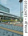 東京の駅・JR東中野駅入口と駅前ロータリー・東方向から縦位置 18473010