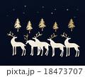 金のモミの木と白いトナカイ 18473707