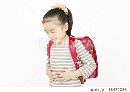 腹痛 吐き気 女の子 小学生 苦しい 苦しむ 痛い ランドセル 18475281