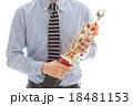優勝カップをもつビジネスマン 18481153