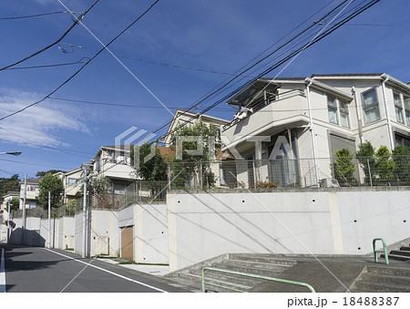 住宅街イメージ 高台ひな壇傾斜のある土地 1fがシャッター付きのカースペース 18488387