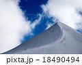 砂丘のような雪の丘と青空 18490494