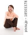 女性 電話 スマートフォンの写真 18503378