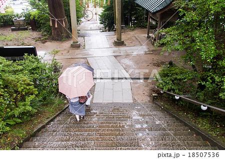 雨の日の神社参拝の帰り道。階段を降りる傘をさす人の後ろ姿 18507536