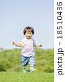 公園を歩く男の子 18510436