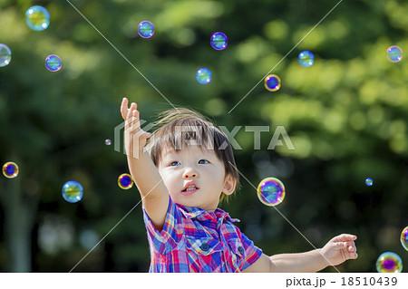 公園でシャボン玉を追う男の子 18510439