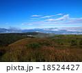 青空と白い雲の高原(高ボッチ高原) 18524427