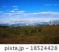 青空と白い雲の高原(高ボッチ高原) 18524428