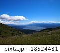 青空と白い雲の高原(高ボッチ高原) 18524431
