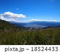 青空と白い雲の高原(高ボッチ高原) 18524433