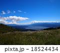 青空と白い雲の高原(高ボッチ高原) 18524434