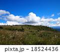 青空と白い雲の高原(高ボッチ高原) 18524436