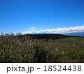 青空と白い雲の高原(高ボッチ高原) 18524438