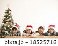 サンタ帽を被った子供達とクリスマスツリー 18525716
