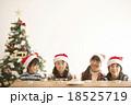 サンタ帽を被った子供達とクリスマスツリー 18525719