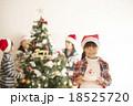 クリスマスツリーの前でケーキを持つ女の子 18525720