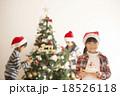 クリスマスツリーの前でケーキを持つ女の子 18526118