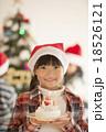クリスマスツリーの前でケーキを持つ女の子 18526121