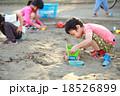 仲良くお砂場遊びする子供達 18526899