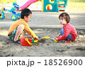 仲良くお砂場遊びする子供達 18526900