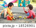 仲良くお砂場遊びする子供達 18526901