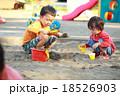 仲良くお砂場遊びする子供達 18526903