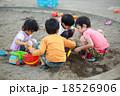 仲良くお砂場遊びする子供達 18526906