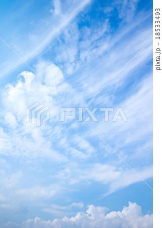秋の空 白い雲と青い空 背景素材 コピースペース 文字スペース 筋雲 積雲 すじ雲 巻雲 18533493