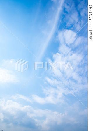 秋の空 白い雲と青い空 背景素材 コピースペース 文字スペース 筋雲 積雲 すじ雲 巻雲 18533499